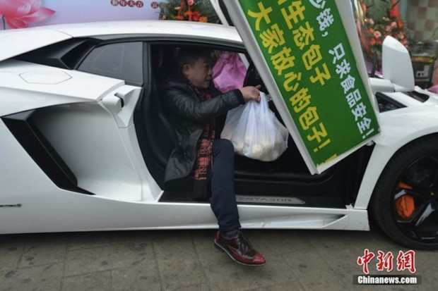 This Guy Delivers Take-Away Orders in his Lamborghini Aventador